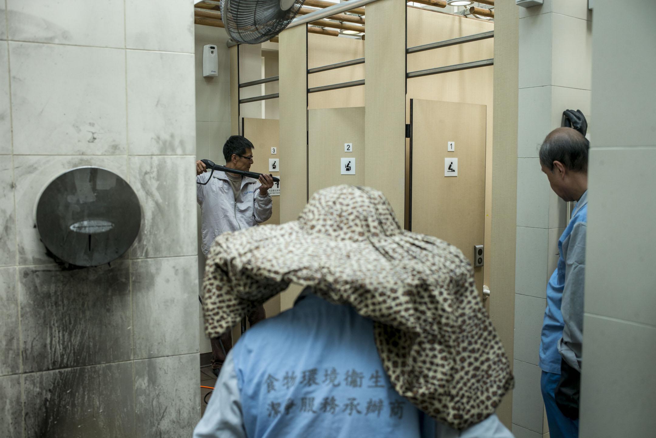 食環署新設的「徹底潔淨工作小隊」,由黃健達(達哥)帶著4個清潔工,由外判商聘請,負責清潔屯門區16間公廁,每周工作6日,每日到2至4間公廁徹底清潔。 攝:林振東/端傳媒