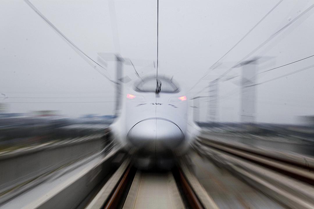 2010年10月20日,上海,最高時速350公里,廣受矚目的滬杭城際高鐵進行試運。