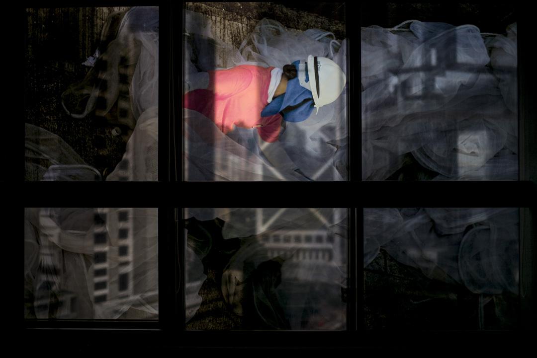 Joan Pabona於菲律賓駐港總領事館的攝影展Empathy In a Click現場。