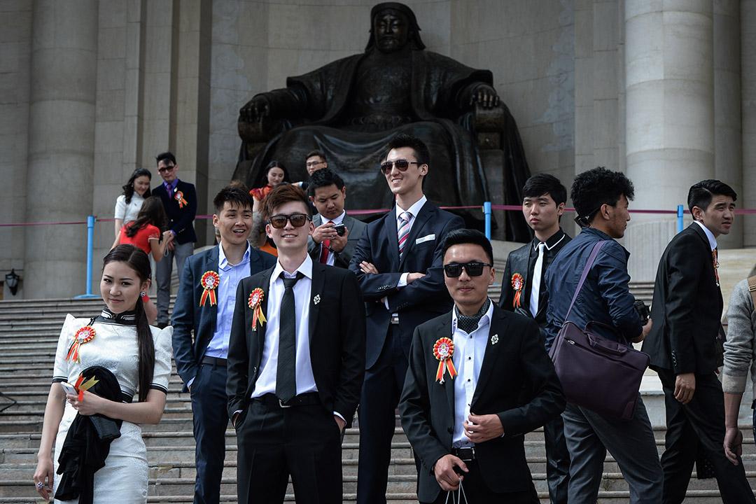 2013年6月3日,蒙古大學畢業生在Ulan Bator的廣場上一個成吉思汗雕像前慶祝。
