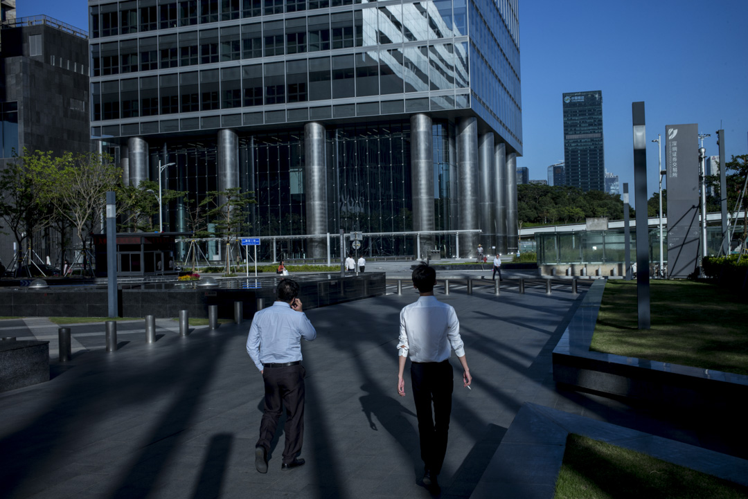 深圳的「金領」工作機會是相當多的,金融、IT、地產這幾個行業深圳都比較發達;其他民營上市公司數量也在全國城市中居於領先地位。