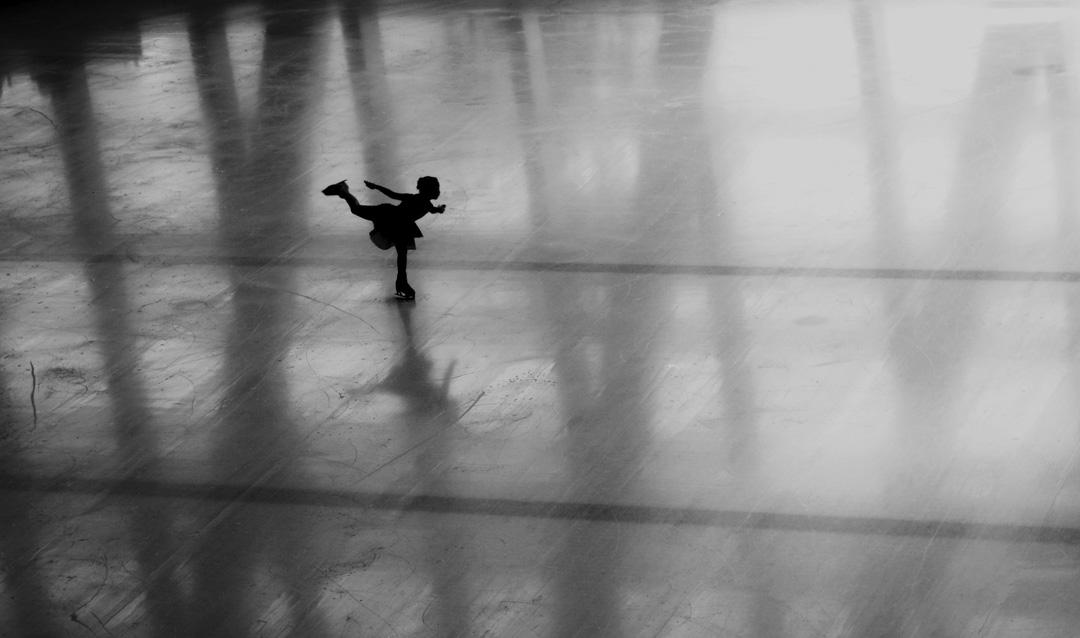 《自己的一刻》Moment for Yourself,溜冰場上,女孩滑行似飛翔;專注於力量與節奏,這是純粹地屬於自己的時刻。