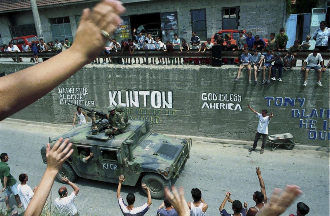 1999年6月30日,科索沃阿爾巴尼亞人迎接美國北約部隊進駐。