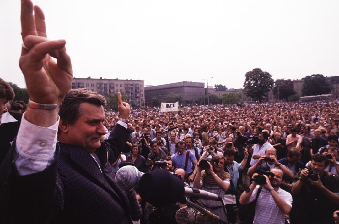 1989年6月,團結工會在波蘭國會選舉取得壓倒性勝利,華里沙在一個集會上。