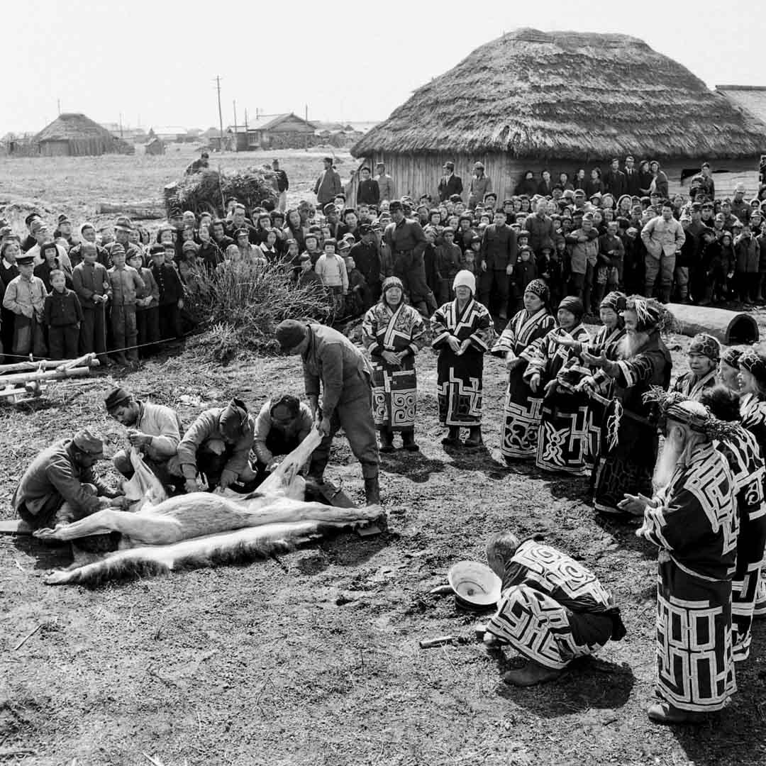 1946年,北海道愛努族村民聚集在一起舉行傳統的熊靈祭儀式。