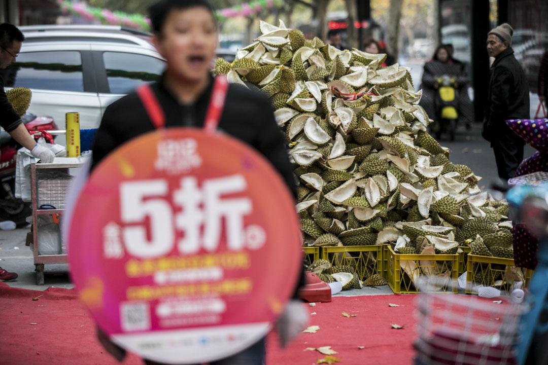 不少商家使用口碑和支付寶享受折扣優惠,其中杭州一間水果店生意興隆所賣的蓮殼堆積成山。