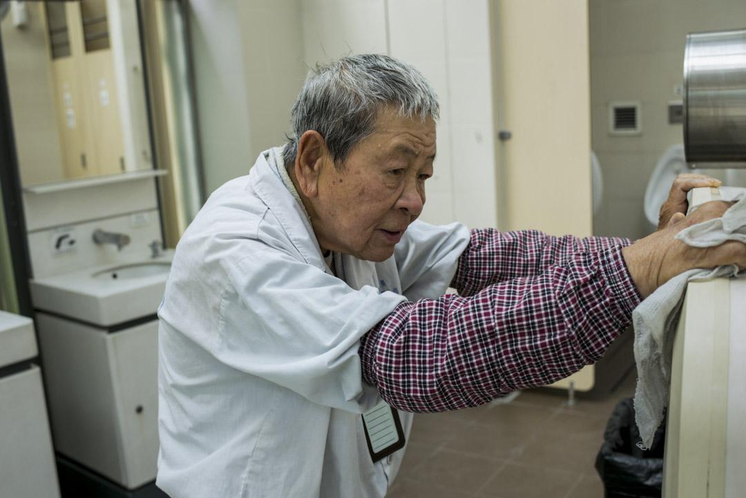 負責駐守屯門后角天后廟公廁的74歲廁所事務員海叔。