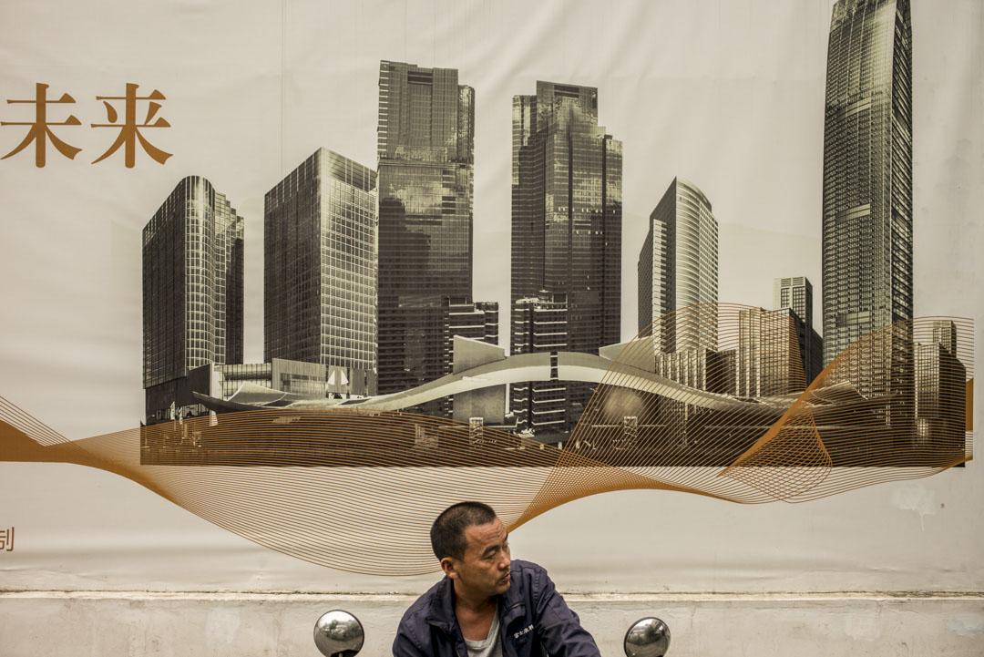 誰又知道十年後,深圳是補齊了所有短板的宜居之都?還是一個像香港一樣的城市——少數企業很厲害,少數人掙得很多,但對於大多數普通人,徹底喪失了吸引力。