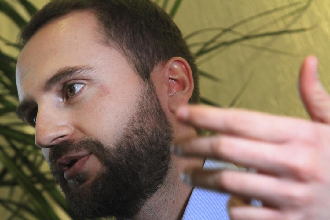 在科索沃城市利普連(Lipjan)的監獄服刑中的艾伯特・貝里沙 (Albert Berisha)。圖為進入監獄前的艾伯特。