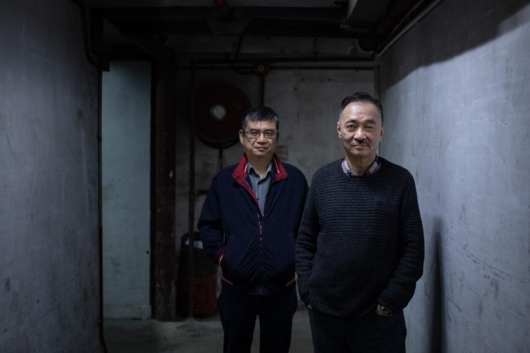 不忍老來目睹《武俠世界》面目全非,沈西城(右)與王學文(左)二人情願把迄立60年的牌匾好好封存。
