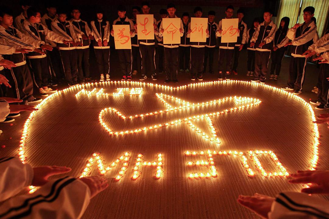 2014年3月10日,中國諸暨市的學生點燃蠟燭,為馬來西亞航空MH370航班的乘客祈禱。 圖:VCG via Getty Images