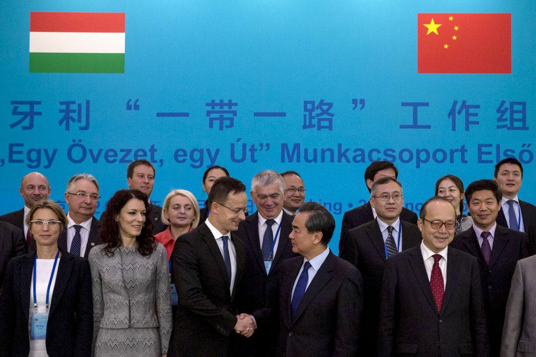 2016年11月30日,外交部部長王毅與匈牙利外交與對外經濟部部長西雅爾多在釣魚台國賓館會面,磋商「一帶一路」工作組情況。