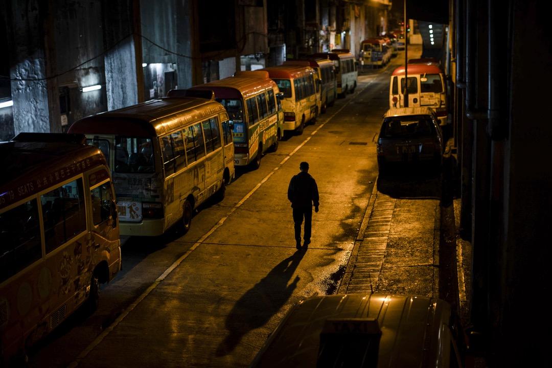 裕民坊小巴站,一名小巴司機走過。