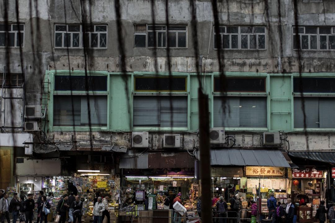 在收回物業前數天,大批街坊、記者、攝影愛好者都蜂擁到裕民坊購物、做訪問、拍照留念。更有團體在關閉了的店舖外牆貼上裕民坊的舊照片、畫作、及相關媒體報導,引起市民對重建事宜的關注。