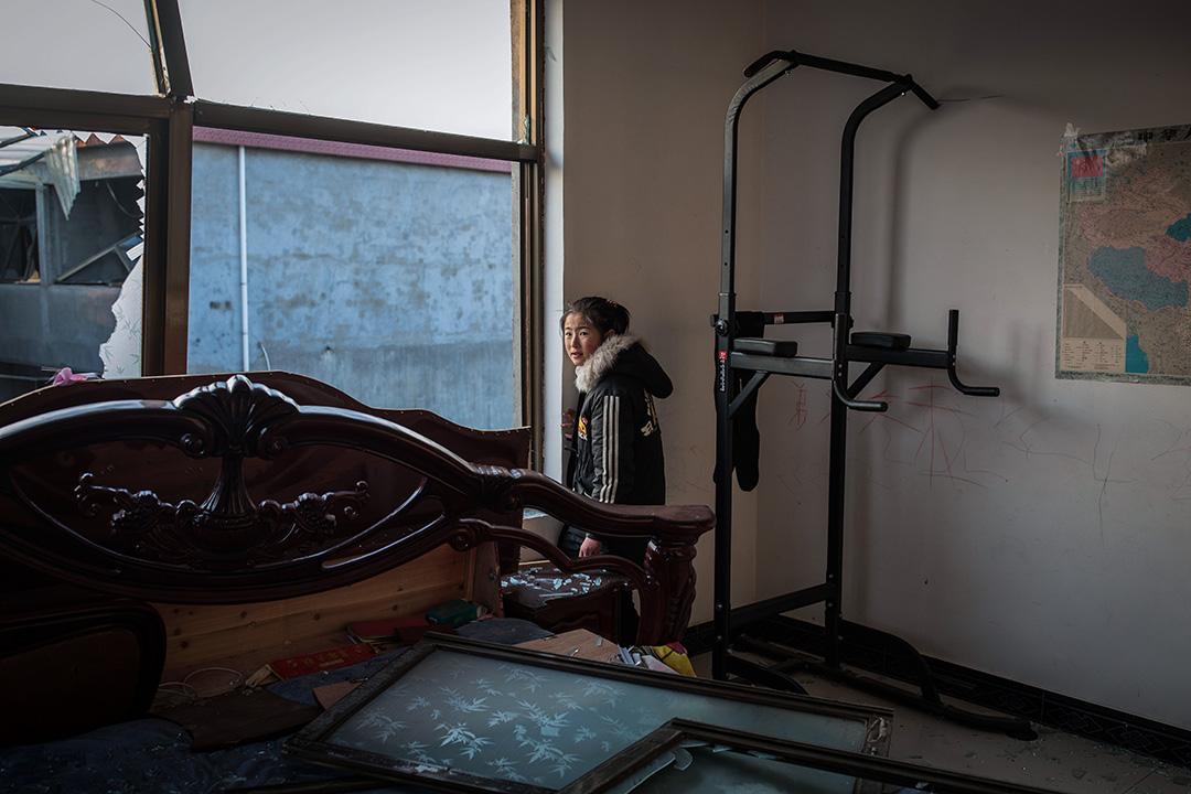 2019年3月23日,王商村一間爆炸後的房子,一名女孩在她的家內。
