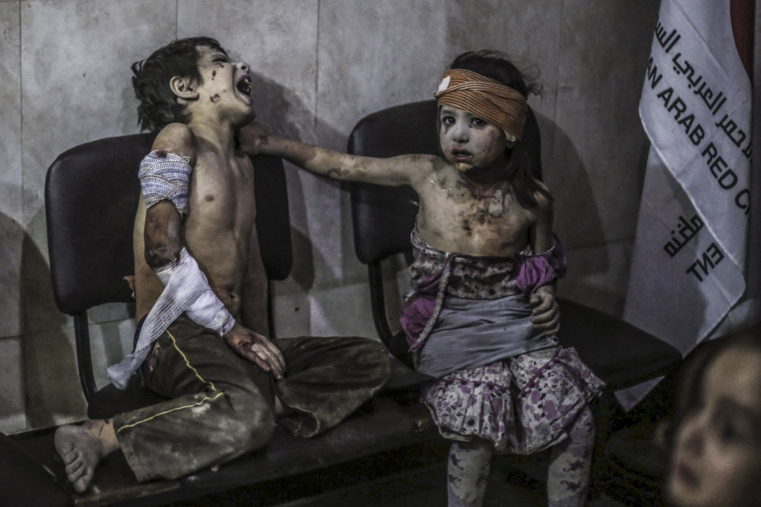 2015年8月22日,敘利亞政府軍在反對派控制大馬士革郊區的一個市場上進行空襲,至少有50人被殺。