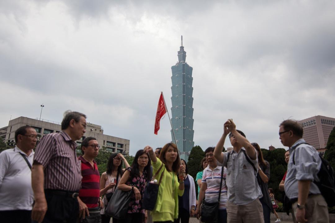 今日的台灣已經無法和那些具有廉價勞動成本的國家競爭,因此,經濟成長開始趨緩,工資水準更是停滯多年未成長。台灣已經進入了所謂的「高收入陷阱」。 攝:Billy H.C. Kwok/Bloomberg via Getty Images