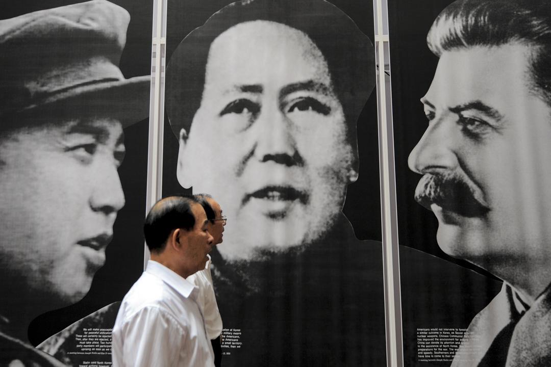 一名韓國老年訪客在首爾的一個戰爭紀念碑上觀看北韓領袖金日成、國家主席毛澤東和蘇聯強人斯大林的肖像。 攝: Park Ji-Hwan/AFP/Getty Images