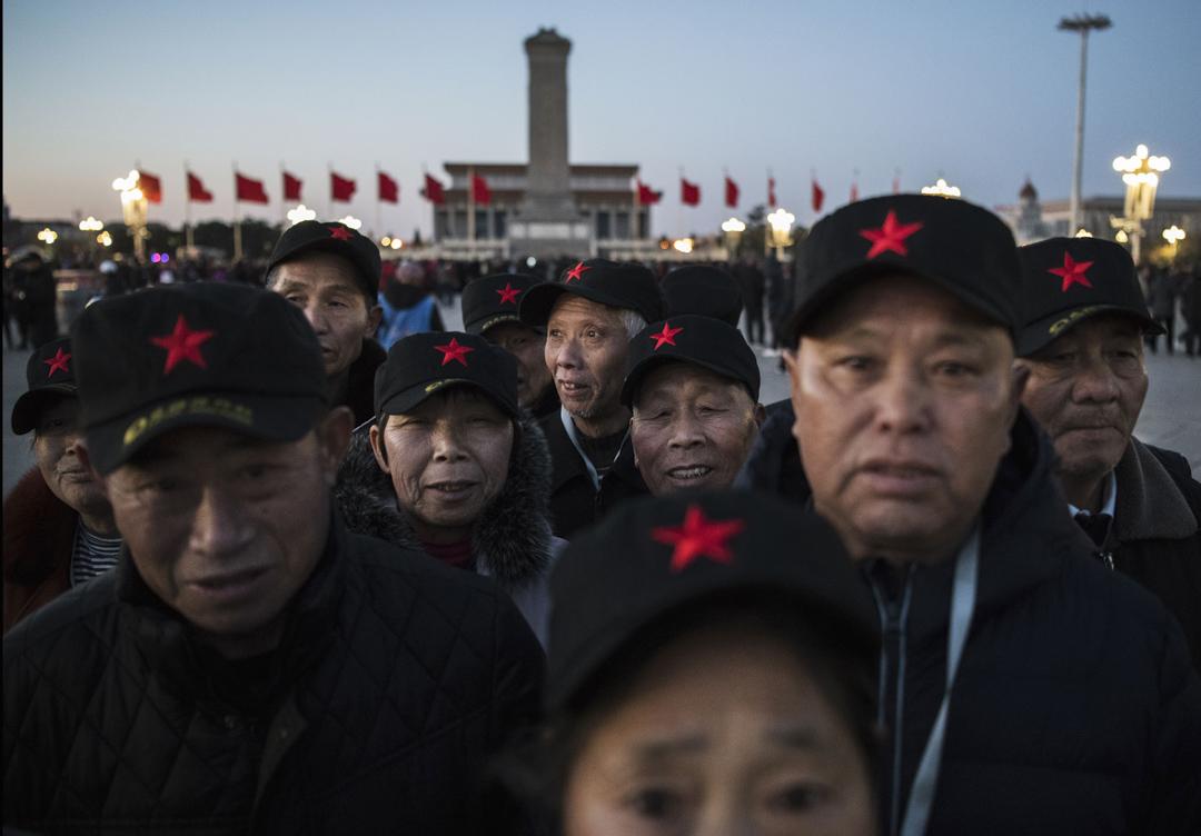 2019年3月15日,北京舉行的人民大會堂全國人民代表大會閉幕會議前,遊客戴著一頂帶紅星的帽子在天安門廣場等候。  攝:Kevin Frayer/Getty Images