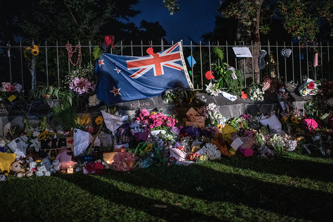 2019年3月17日,新西蘭基督城,新西蘭國旗、花和祭品放置在植物園外。