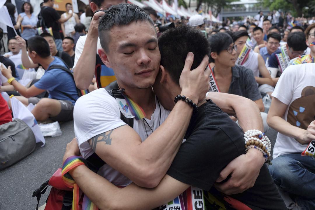2017年5月24日,台灣司法院就「同性婚姻釋憲案」公布裁決。大法官最終認為,台灣現行法律未保障同性婚姻屬違憲。有關機構要在兩年之內修例,讓同性伴侶可以合法登記結婚。法院外支持同性婚姻的聚集人群擁抱慶祝。