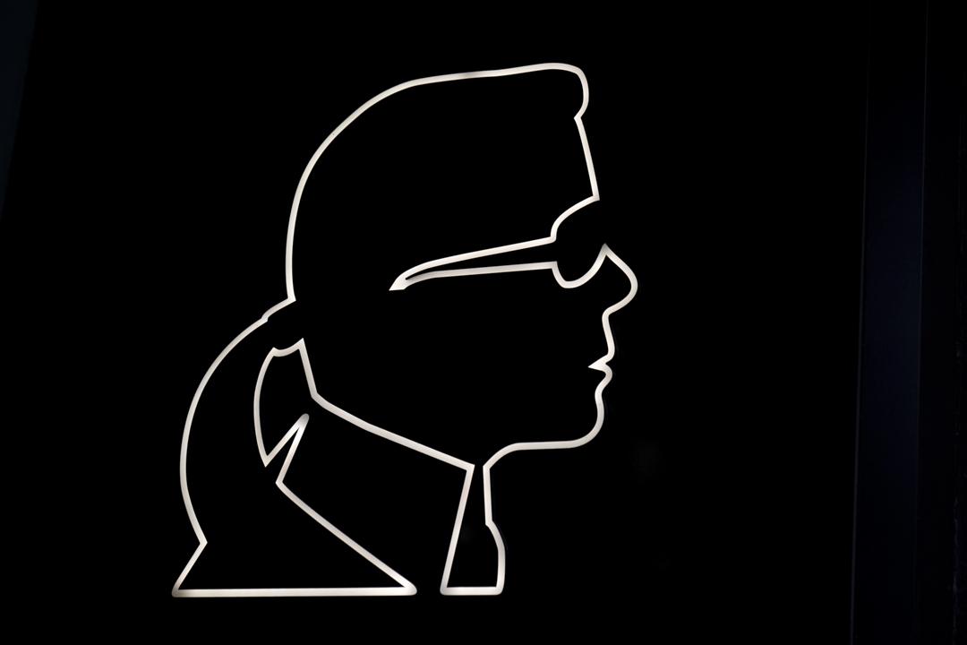 2019年2月19日,紐約市曼哈頓的Karl Lagerfeld store 的一個標誌。
