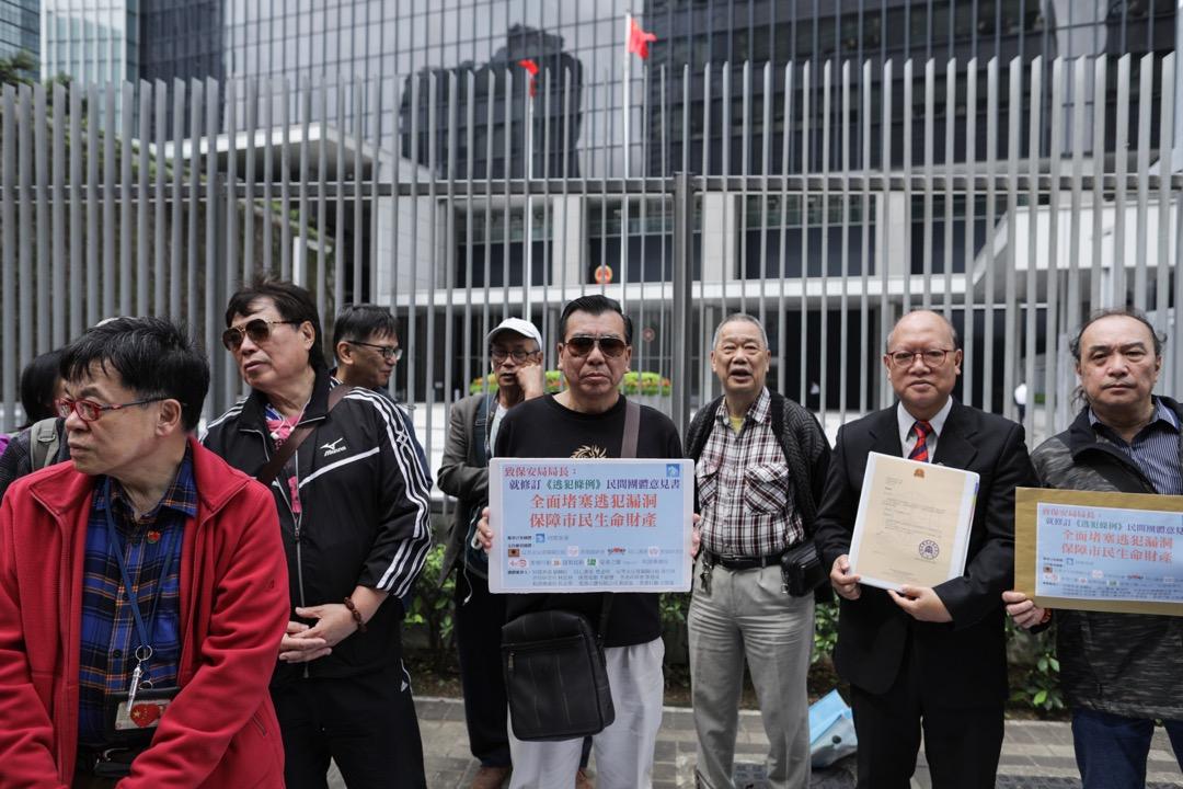 2019年3月4日,有團體到政府總部東翼前地,向保安局遞交請願信,支持香港政府修訂逃犯條例。 攝:Stanley Leung/端傳媒