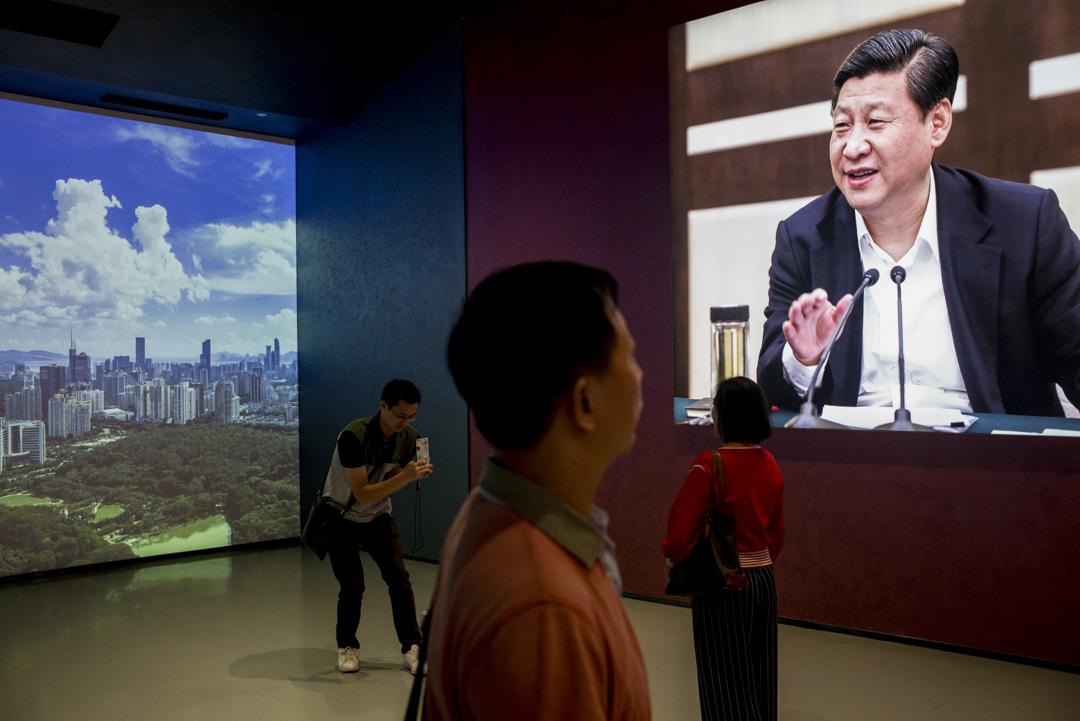 深圳一個改革開放四十年展上,在播放習近平的片段。