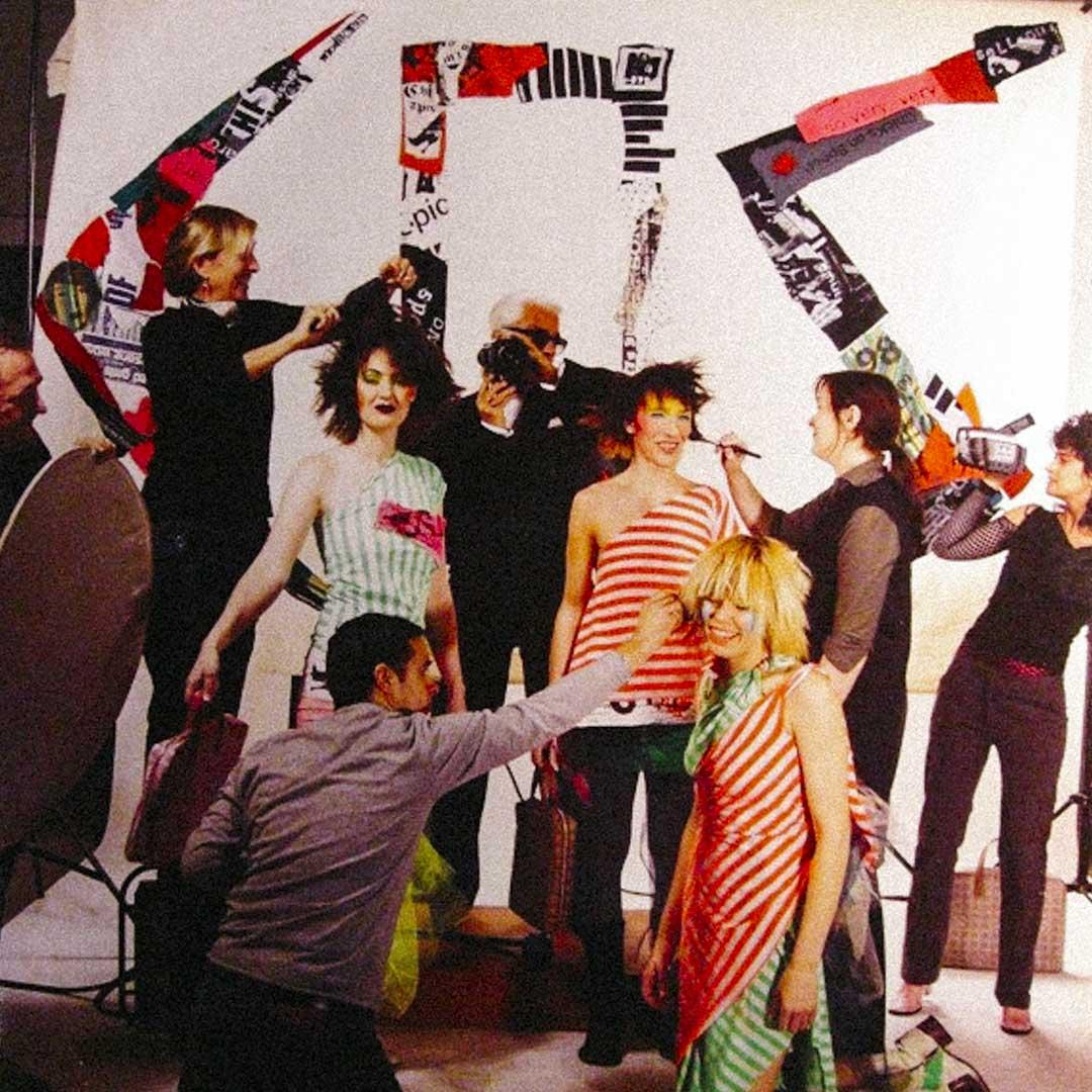 2002年樂隊的< Fashion Rules !>唱片裏,Karl Lagerfeld 不管擔當封面的設計與拍攝工作,更是親自入鏡出現在唱片封面上。