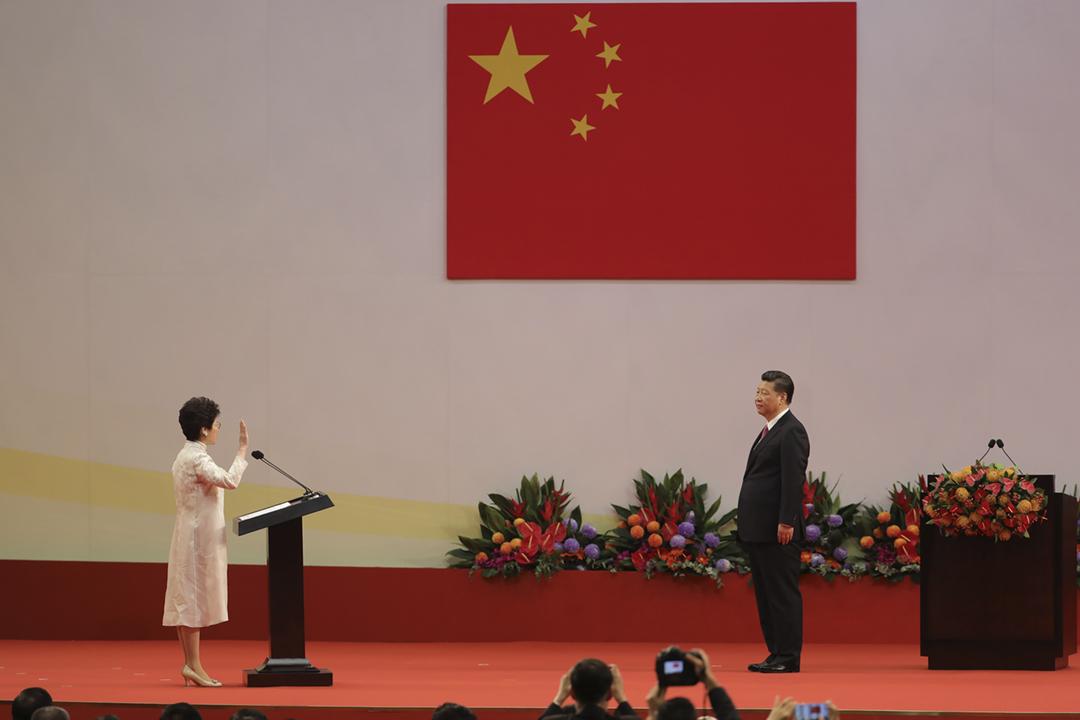 圖為2017年7月1日在香港,林鄭月娥於中國國家主席習近平面前宣誓就任香港特首。 攝:Paul Yeung / Bloomberg via Getty Images