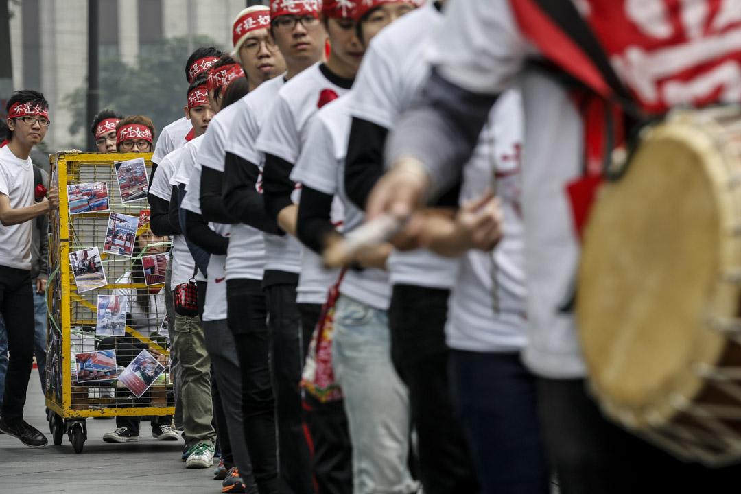 2013年4月14日,貨櫃碼頭工潮踏入第18日,一批大專生穿上白色、寫著「重奪勞動尊嚴」的上衣,戴上紅色頭巾,手持紅玫瑰,由中環到北角,再由紅磡到貨櫃碼頭,步行12小時以苦行形式支持罷工工人。