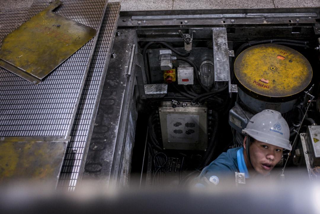 深圳除了大量的「金領」以外,「白領」的工作機會相當有限,整個城市的財富絕大多數是藍領創造的,而以農民工為主的「藍領」群體消費能力並不高。