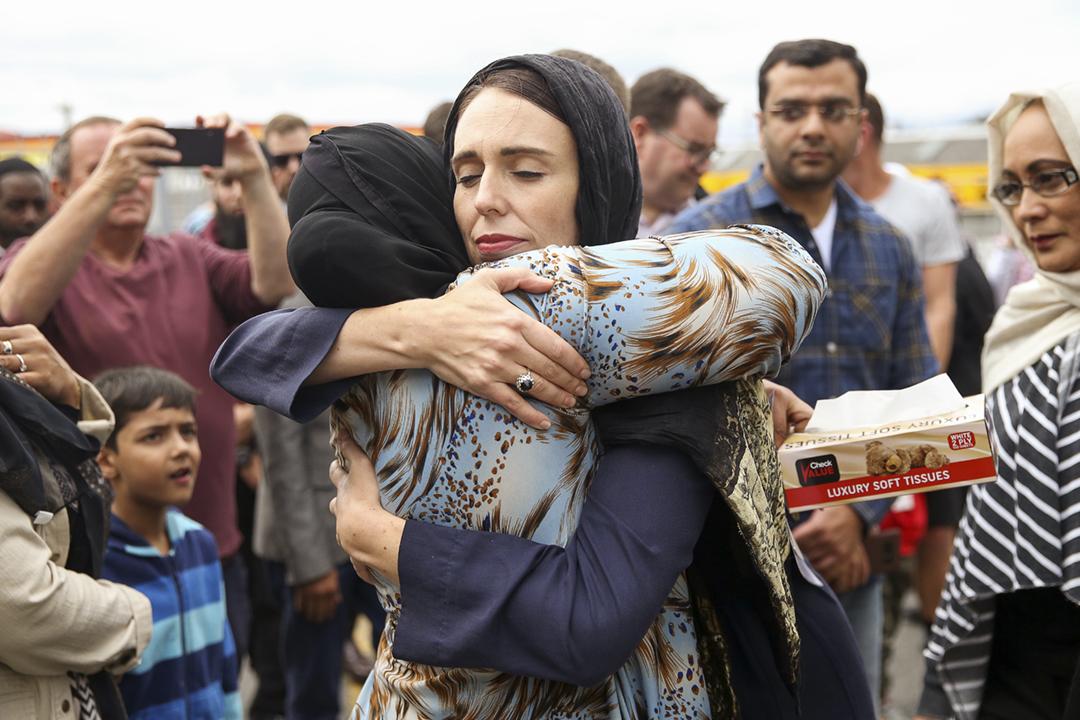 基督城恐襲過後,紐西蘭總理阿德恩(Jacinda Ardern)多次親身慰問遇害者家屬、伊斯蘭社群,言談舉止展現同理心,同時迅速推動槍械管制法例改革,贏得外界讚譽。圖為2019年3月17日,阿德恩探訪威靈頓一間清真寺,期間擁抱慰問一名穆斯林。 攝:Hagen Hopkins / Getty Images