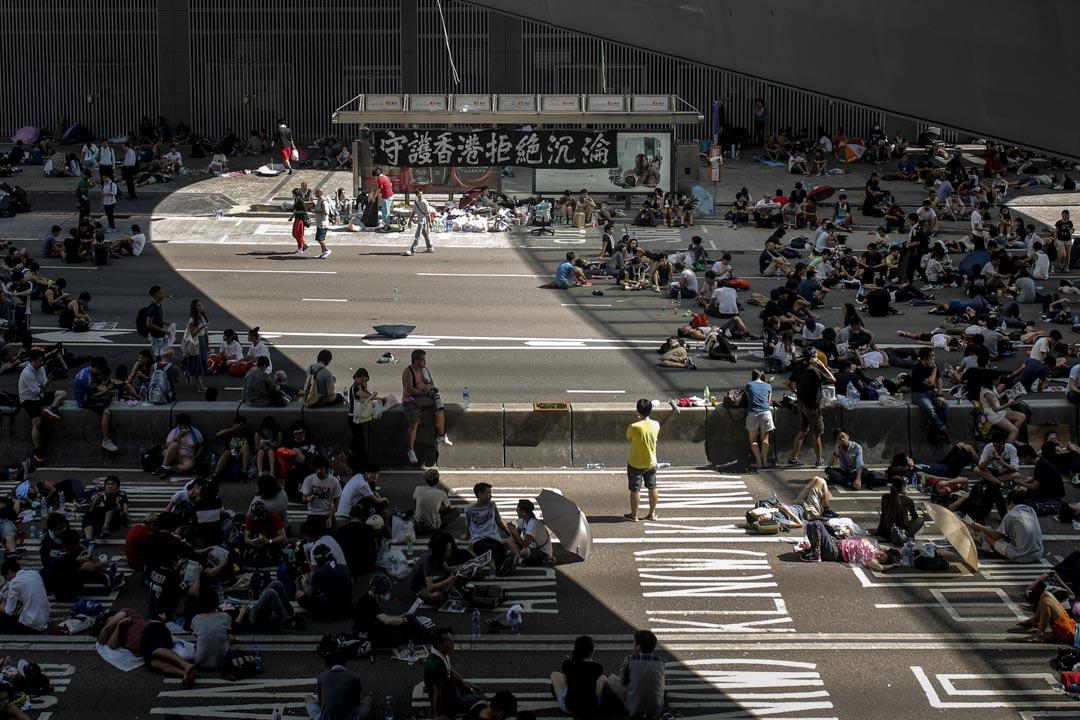 2014年9月29日,雨傘運動第二天,佔領者坐在金鐘夏愨道。