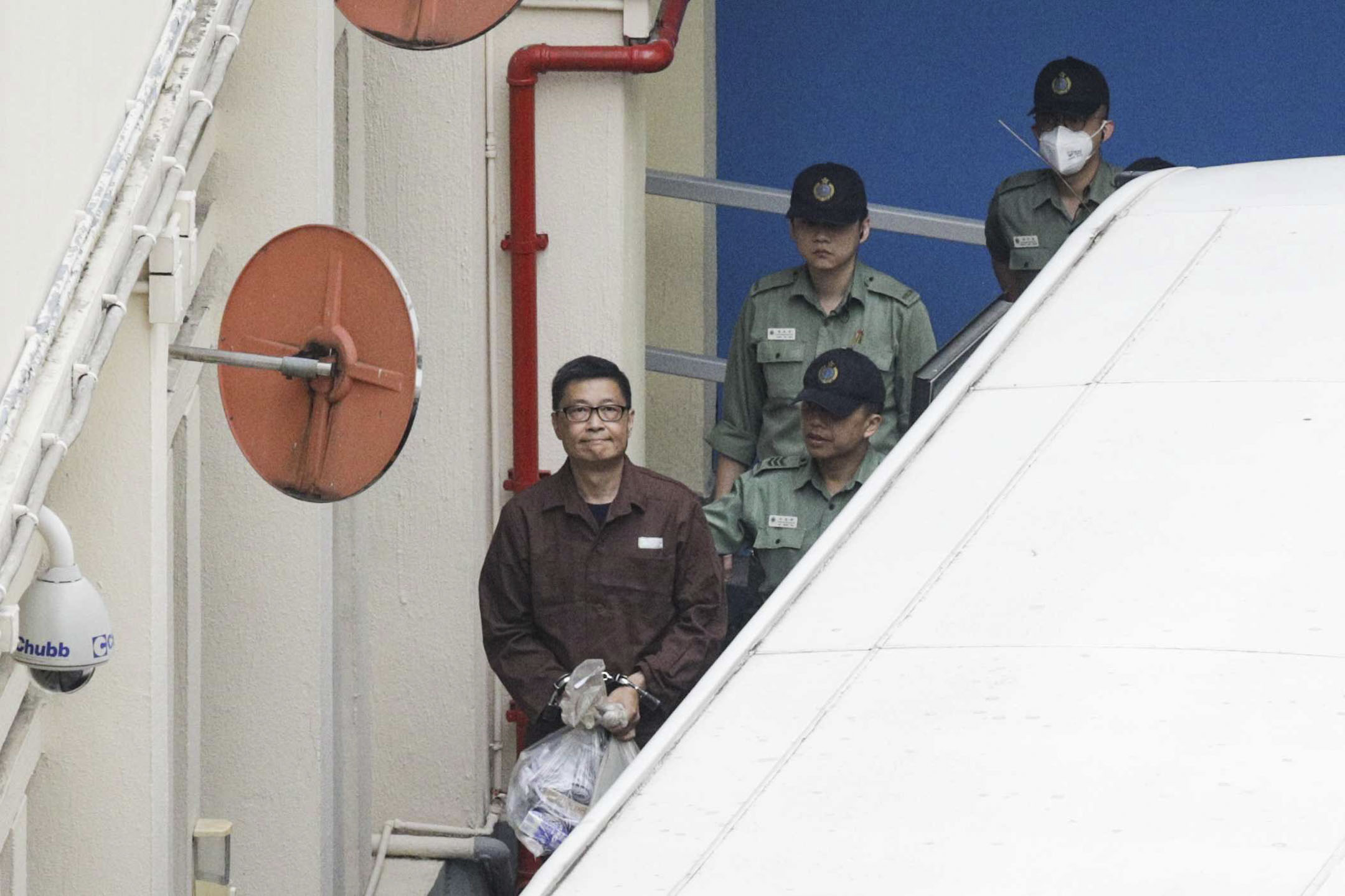 2019年4月27日,佔中案九人早前被裁定罪成,當中四人包括戴耀廷及陳健民分別被判監18個月,邵家臻及黃浩銘則分別囚8個月。懲教署今日(27日)將陳健民帶上囚車從荔枝角收容所帶到其他監獄服刑。 攝:Stanley Leung/端傳媒