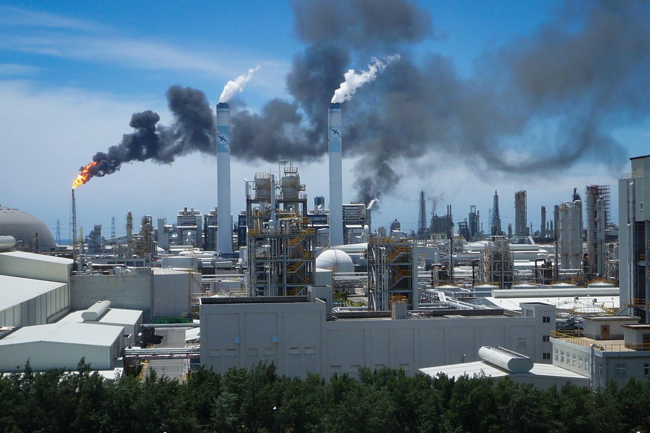 2010年7月7日,雲林麥寮的六輕烯烴一廠火警,濃煙清晰可見。 圖:Imagine China