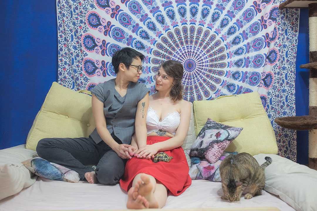 Hannah(右)跟Zach(左)於家中沙發。