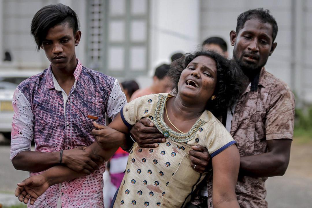 2019年4月21日,斯里蘭卡炸彈襲擊案遇難者家屬在停屍房外痛哭流涕。