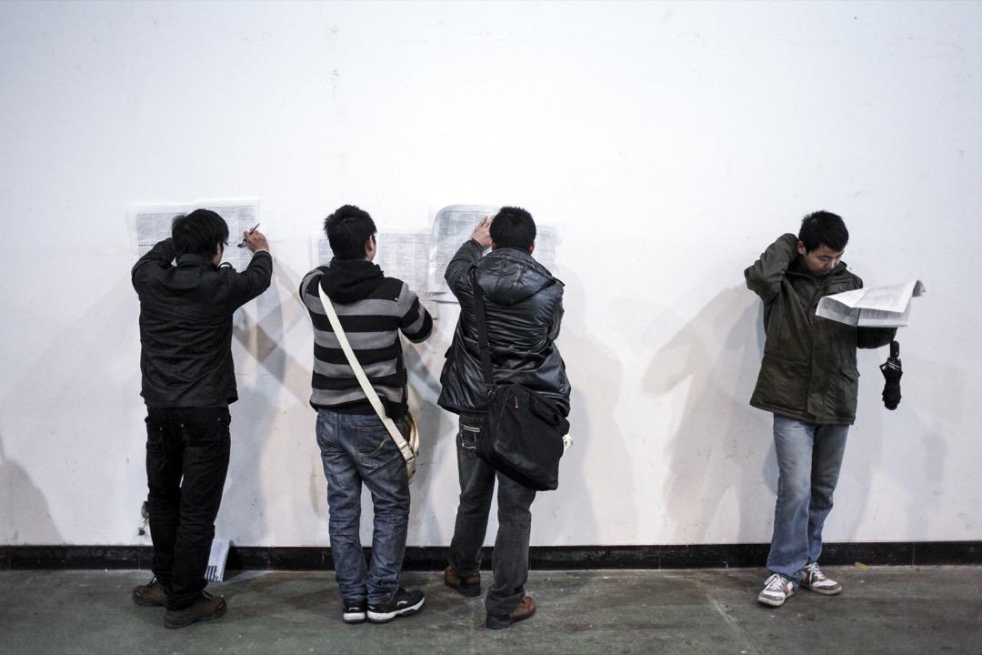 如果說科技風口的多變所產生的失業焦慮還算是全世界普遍的問題的話,當下這個「996」故事裏卻有許多中國元素——沒有人知道中國的失業率究竟是多少。
