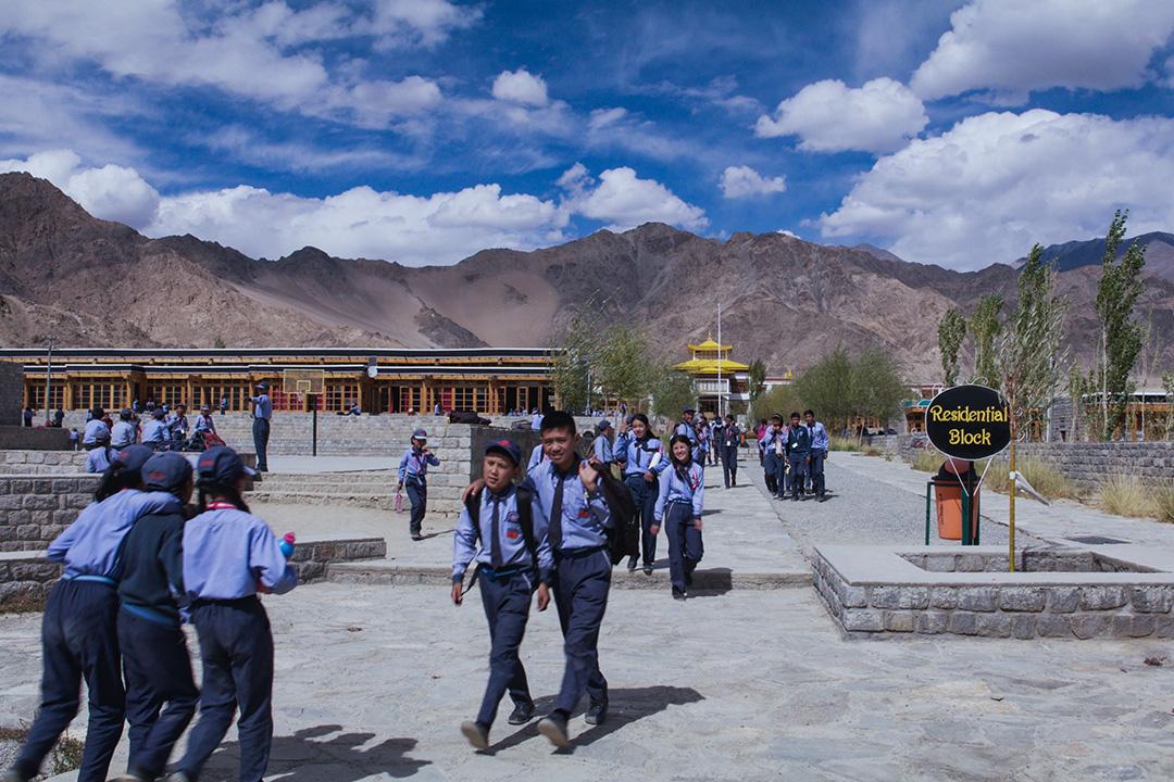 三個傻瓜中男主角創立的學校,其實是嘉旺竹巴仁波切在2001年所創立的「天龍蓮花學校」,曾經贏得世界建築獎。