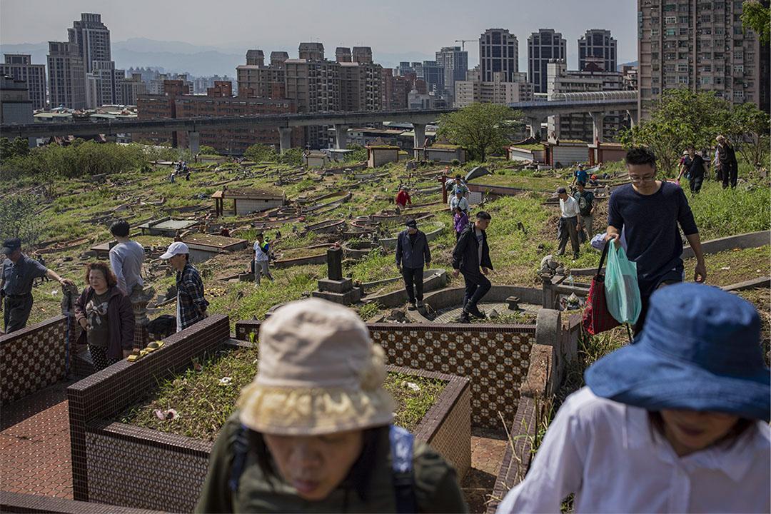 2019年4月6日,台灣新莊公墓,市民登山掃墓。