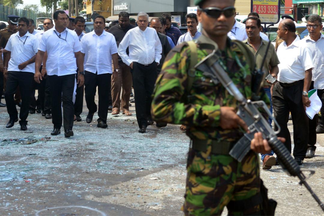2019年4月21日,斯里蘭卡首都科倫坡,總理維克勒馬辛哈(Ranil Wickremesinghe,左三)視察天主教聖安多尼堂炸彈襲擊現場。 攝:Ishara S. Kodikara/Getty Images