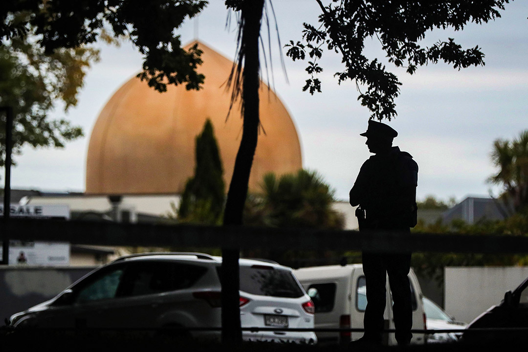 2019年3月16日,一名武裝警察新西蘭克賴斯特徹奇的清真寺前守衛。