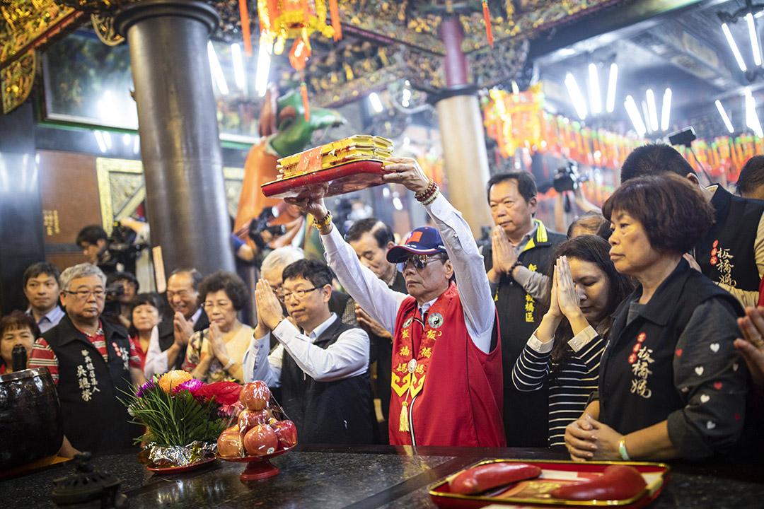 2019年4月17日,郭台銘到板橋慈惠宮拜祭媽祖。 攝:陳焯煇/端傳媒