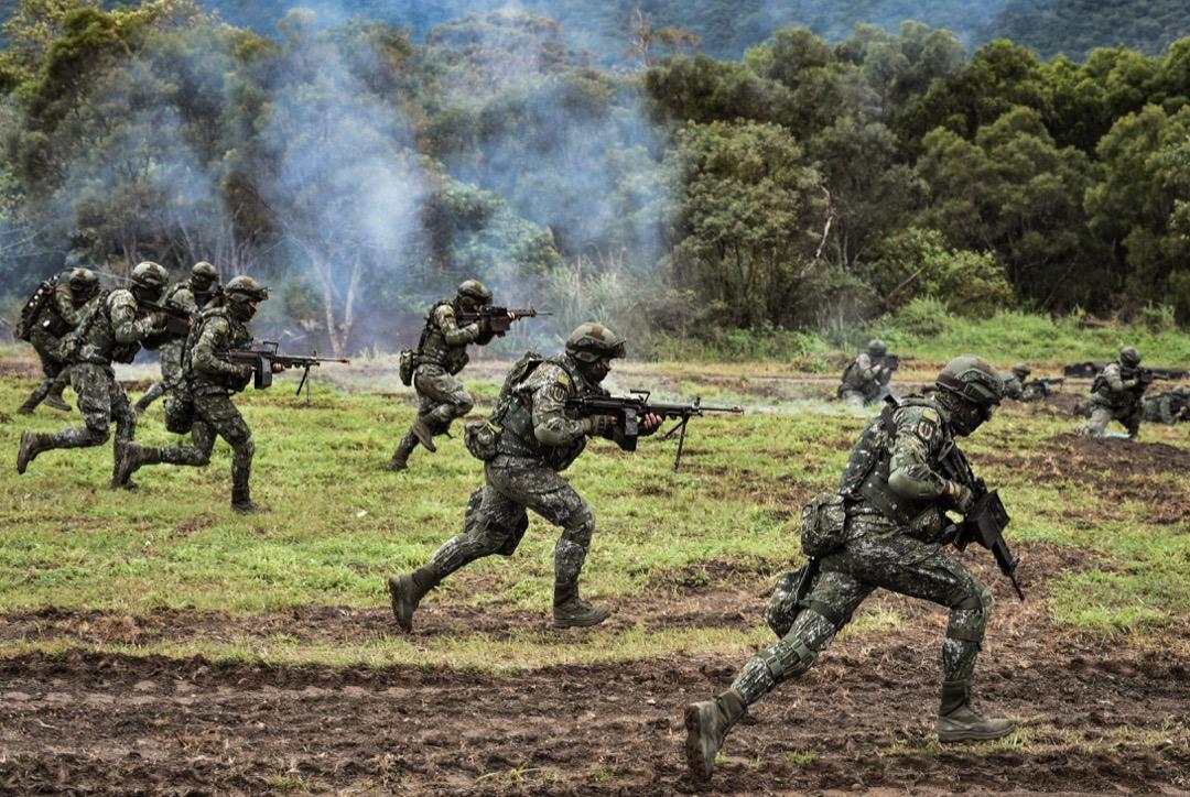 兩岸軍力的對比、過去七十年的歷史、美中台三邊外交關係的角力⋯⋯在台海的戰爭與和平這個主題裡,端傳媒向讀者介紹十二本必讀作品。 攝:Mandy Cheng/AFP/Getty Images