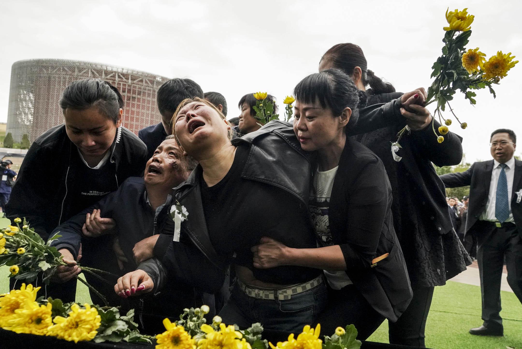 2019年4月4日,為悼念於四川涼山殉職的消防員,西昌市在火把廣場舉行集體追悼會,親人悲痛難抑。 圖:IC photo