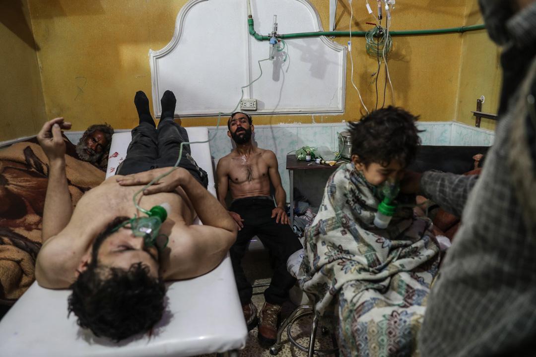 2018年2月25日,敘利亞東古塔發生懷疑化學武器襲擊,懷疑吸入氣體不適的一名男子和一名小孩正接受治療。