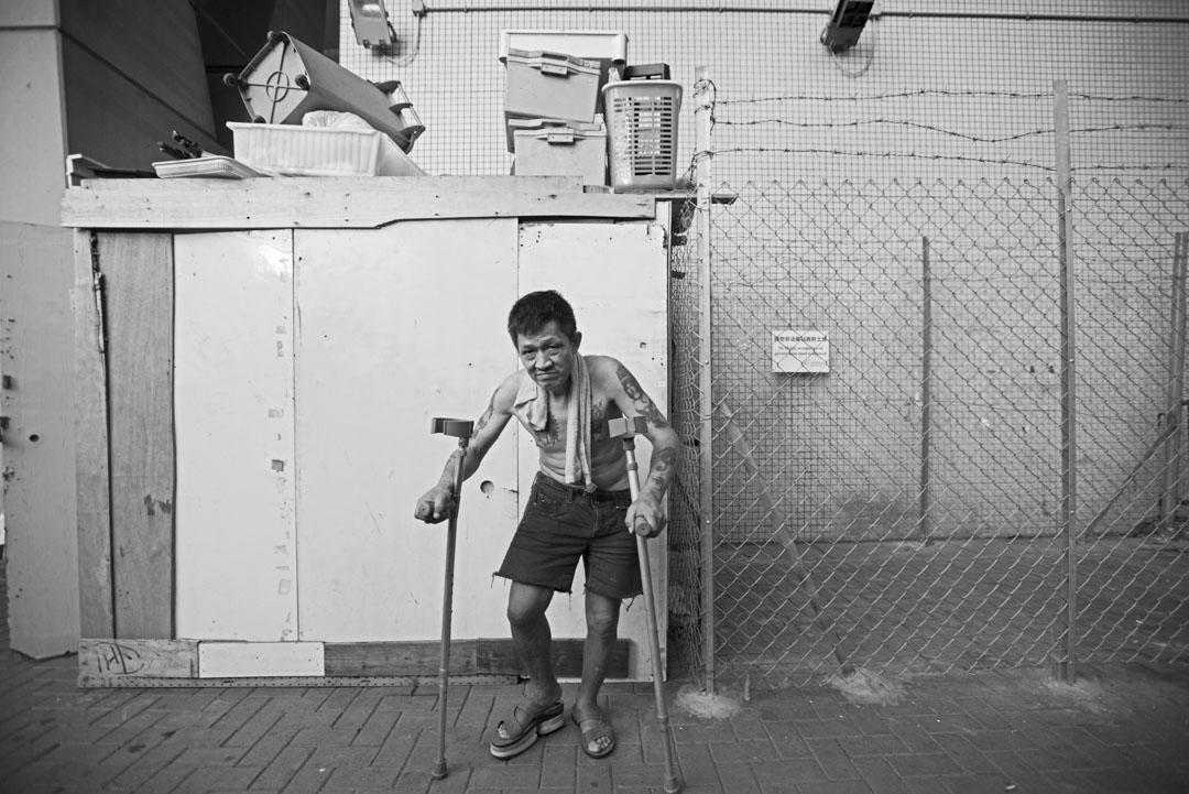 阿平居住在通州街天橋底,這裡曾經有過百名無家者在此找到棲身之所,現時政府以鐵絲網圍封至不剩一人。