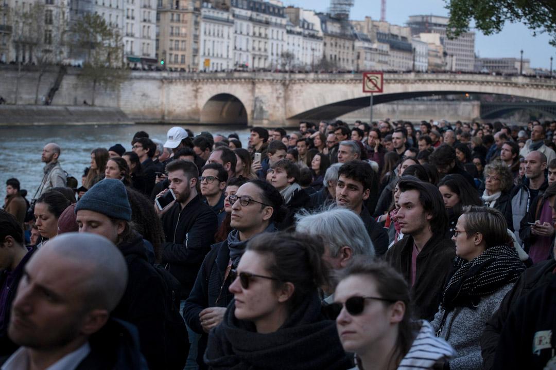 2019年4月15日,人們圍觀正在發生火災的巴黎聖母院。