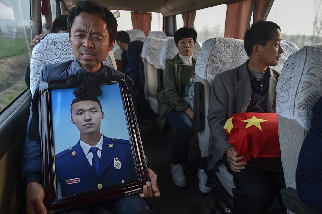 2019年4月5日,在四川涼山救火犧牲的山東鄒平市張成朋的骨灰回到家鄉大陳村,親屬手捧骨灰到墓地。